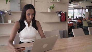 Mujer de negocios ocupada comprar online a través de internet video