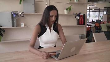 mujer india comprar en línea en la oficina moderna video