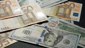 dólares y euros están cayendo sobre la mesa.
