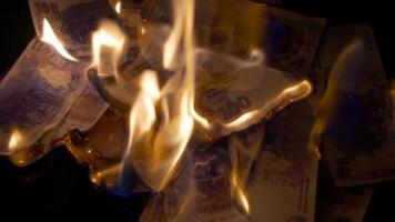 Brennen von 100 argentinischen Pesos