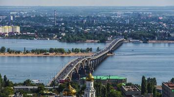 Puente sobre el río en el tráfico de la ciudad y los barcos timelaps. video
