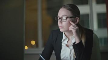 imprenditrice stanca cercando di concentrarsi