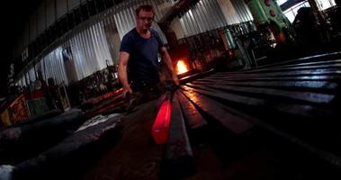 Mano de hierro forjado martillando en cámara lenta video