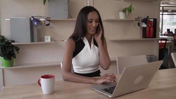 feliz empresaria profesional hablando por el teléfono inteligente y dar consejos al cliente video