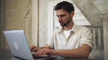Portrait jeune homme professionnel travaillant sur ordinateur video