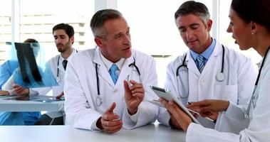 equipe médica falando e usando tablet pc video