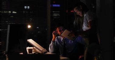 colleghi che utilizzano un tablet durante la notte video