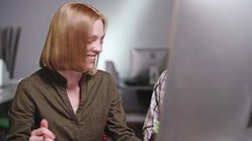 ejecutivo e ingeniero discutiendo prototipo impreso en 3d