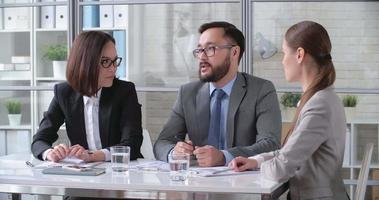 discutindo ideias em reunião