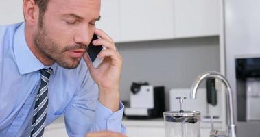Geschäftsmann spricht am Telefon