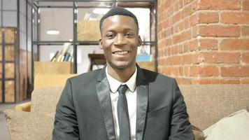 retrato de empresário negro sorridente