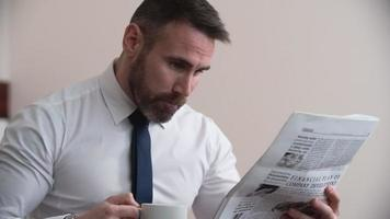 lendo jornal da manhã video