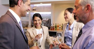 socios de negocios celebrando después del trabajo y bebiendo vino