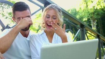 Mann und Frau lachen fröhlich.