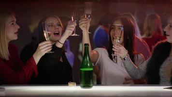 belle ragazze luccicano i bicchieri al bar