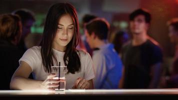 ragazzo e ragazza controllandosi a vicenda al bar