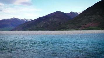 fiume glaciale nel parco nazionale del monte aspirante sull'isola meridionale della Nuova Zelanda. panoramica da destra a sinistra.