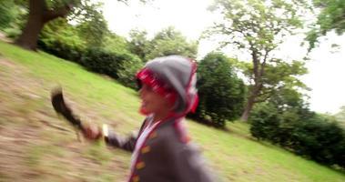 menino vestido de pirata com sorriso cheio de dentes na natureza