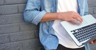 modischer Mann mit Laptop