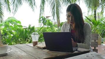 mulheres trabalhando no laptop video