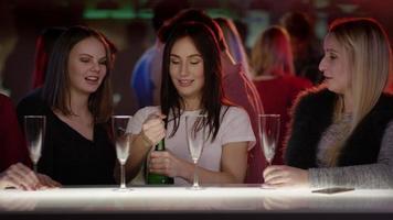 quatro garotas atraentes no bar do clube abrem uma garrafa de champanhe video