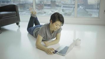 donna asiatica in urbano al coperto in 4K video