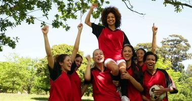 squadra di calcio femminile che celebra una vittoria nel parco