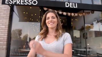 il proprietario femminile entra nel piano focale fuori dalla caffetteria video