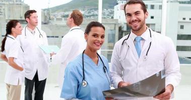 team medico sorridendo alla telecamera insieme