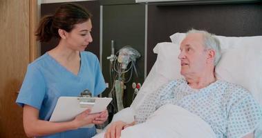 anziano paziente maschio e medico parlando nella stanza d'ospedale