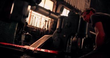 martellamento meccanico di ferro incandescente nella fucina del fabbro
