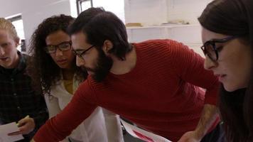 kreatives Brainstorming-Meeting im Designbüro auf r3d gedreht video