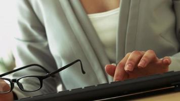 femme, mains clavier