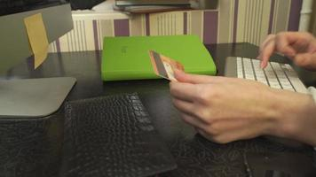 a garota faz uma compra online video
