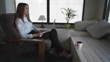 Elegante mujer de mediana edad habla con pareja vista interior video