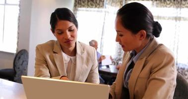 imprenditrici felici utilizzando laptop insieme video