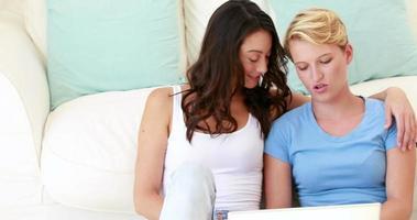 coppia lesbica usando il loro laptop video
