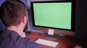 un homme à l & # 39; ordinateur avec écran vert video