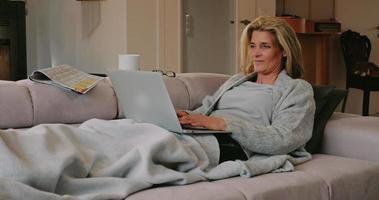 Mujer pasando un día de descanso relajándose en el sofá