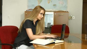 mulher trabalhando em um laptop no escritório video