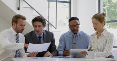 empresários trabalhando juntos em torno de uma mesa