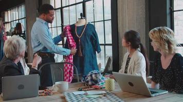 quattro stilisti in riunione discutendo di indumento