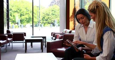 mujeres empresarias reflexivas que tienen una reunión con tablet pc video