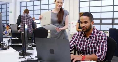 dirigenti aziendali che interagiscono durante l'utilizzo di laptop