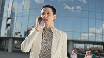 femme d'affaires expérimentée répondant à un appel téléphonique