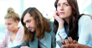 Tagträumen lässige Geschäftsfrau zwischen Kollegen video