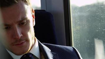 uomo d'affari leggendo il giornale sul treno girato su r3d