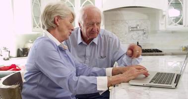 coppia senior sul computer portatile a casa facendo acquisto girato su r3d