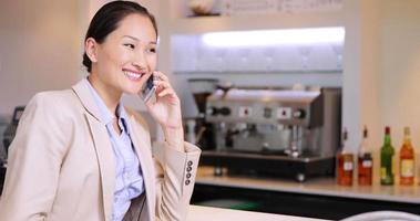imprenditrice asiatica in chat sul suo telefono