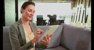 empresária usando tablet video